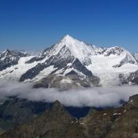 Schneebedeckte Gipfel im Nebel in der Schweiz